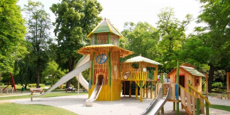 Kreativ gestalteter Spielplatz in Wiener Neustädter Park