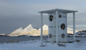 Sissel Tolaas: Vindenes hus (Haus der Winde), 1994, 495 cm Höhe. Gemeinde Alstahaug. © Skulpturlandskap Nordland. Nordland fylkeskommune