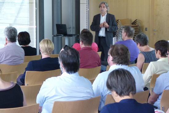 Behindertenanwalt Dr. Erwin Buchinger bei seinem Vortrag.