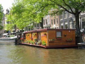Wasser in der Stadt,; Wasser und Stadt; Hausboot Amsterdam