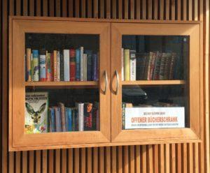 Bücherregal am Haltestellenhäuschen, Fuschl am See. Foto: Claus Friede