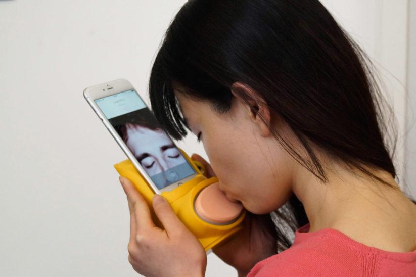 Kissenger ist ein Gerät für Mobiltelefone, entworfen, um Menschen über das Internet zu ermöglichen, mittels Küssen Intimitäten auszutauschen.