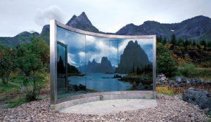Dan Graham: o.T., 1996, Zweiweg-Spiegelkonstruktion, Edelstahl, 250x300 cm. Gemeinde Vagan. © Skulpturlandskap Nordland. Nordland fylkeskommune