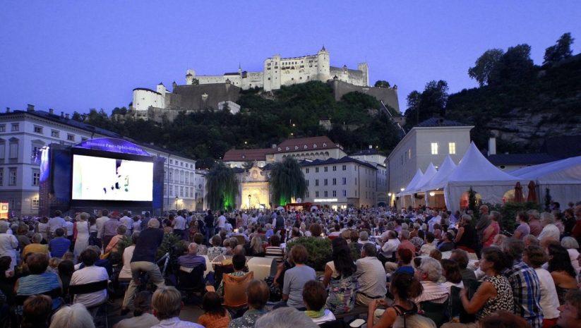Das Sommerkino in der Salzburger Altstadt zeigt ein ausgewähltes Programm an hochwertigen Filmen.