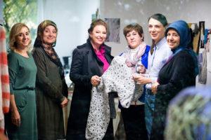 """""""Made auf Veddel"""". In der Mitte Sibilla Pavenstedt mit Mitarbeitern und Teilnehmerinnen. (c) Nico Pätzold"""