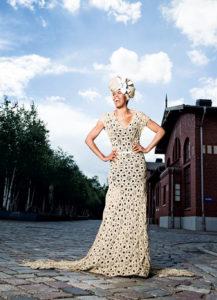 """Soul-Sängerin und Schauspielerin Love Newkirk in einem """"Made auf Veddel""""-Kleid vor dem Auswandermuseum """"BallinStadt Hamburg"""". (c) Patrick Schwalb"""