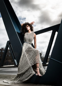 """Model Julie in einem """"Made auf Veddel""""-Kleid an einer Brücke auf der Veddel. (c) Patrick Schwalb"""