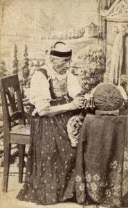 Klöpplerin im Grödnertal (Südtirol/Italien). Fotografie um 1890 (Public Domain) Bis zum Beginn des 19. Jahrhunderts war das Klöppeln für die Wirtschaft des Tals sehr wichtig. Die ganze weibliche Bevölkerung, von den 7-jährigen Mädchen bis zu den 80-jährigen Frauen, übte diesen Beruf aus. Ihre große Geschicklichkeit beim Klöppeln erklärt, warum die traditionellen Trachten Grödens so reich verziert und bis ins kleinste Detail ausgearbeitet sind.