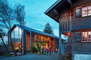 Holzverkleidungen an alten und neuen Häusern. Foto: © Adolf Bereuter, Bregenzerwald Tourismus GmbH
