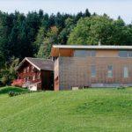 Alte und neue Architektur gehen in Schwarzenegg eine Harmonie ein. Foto: © Christoph Lingg, Bregenzerwald Tourismus