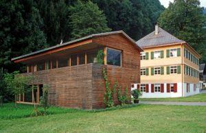 Alte und neue Architektur ergänzen sich in Vorarlberg und gelten mittlerweile international als Markenzeichen der Region und des Bundeslandes. Foto: © Christoph Lingg, Bregenzerwald Tourismus