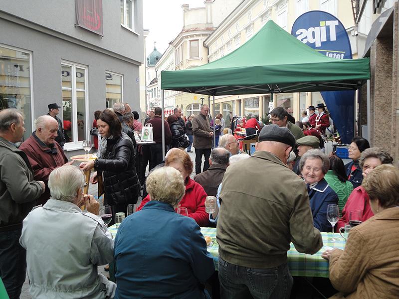 Geselliger Treffpunkt beim Wochenmarkt in Ybbs