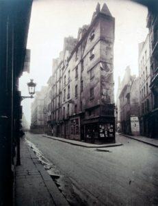 Eugène Atget: Un coin, à gauche la rue de Seine, à droite la rue de l'Échaudé. Abzug um 1924 und 1926. Negativ, 1924. Gemeinfrei