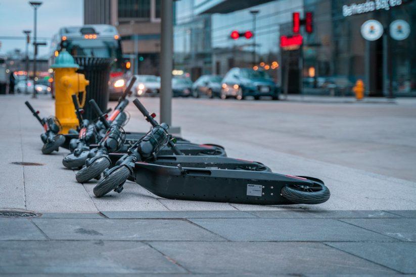E-Scooter werden oft liegengelassen und behindern den Verkehr.
