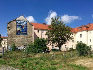 """Ein unbebauter Ort in Potsdam mit einem Transparent """"Potsdam baut doch eine Synagoge"""". Foto: © Claus Friede"""