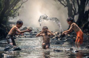Flüsse als Kulturort: Kinder im Fluss. Foto: Sasin Tipchai