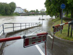 Gesperrtes Flussufer und überflutete Promenade bei Hochwasser. Foto: Hans Braxmeier