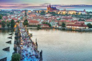 Flüsse als Kulturort: Menschenmassen überqueren die Karls-Brücke in Prag. Foto: Pexels