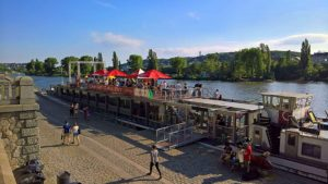 """Flüsse als Kulturort: Die Cargo Gallery auf dem Flussschiff """"Niké"""", die zwischen Dresden (Elbe) und Prag (Moldau) pendelt und dort einen jeweils festen Ankerplatz hat. Fotos: © Cargo Gallery"""