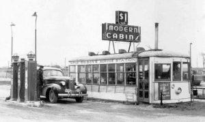 Die Tankstelle von Big Boy befand sich ursprünglich in Springfield, Missouri. Die elektrisch angetriebene Straßenbahn wurde bereits 1888 in Richmond, Virginia, eingesetzt und 1890 gefolgt von der Coney Island Avenue Line in Brooklyn, New York. Beide Verkehrsbetriebe begannen ab ca. 1888 mit der Umstellung weg von den älteren Pferde- und Kabelbahnen zu den neuen elektrisch angetriebenen Straßenbahnen. Diese Aufnahme, nach 1935 entstanden, zeigt den Waggon in seiner neuen Funktion als Tankstellenhäuschen und Werbetafelträger für 'Modern Cabins'. Quelle: http://theoldmotor.com