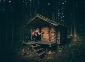 Ein spartanischer Holzverschlag im Wald, kaum größer als die Ausmaße eines Bettes. Foto: Pexels