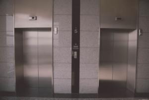 Heute schnurren Aufzüge wie Katzen, so leise sind sie. Früher rumpelte und quietschte es. Da sollte die Elevator-Music beruhigen. (Foto: piqsels)