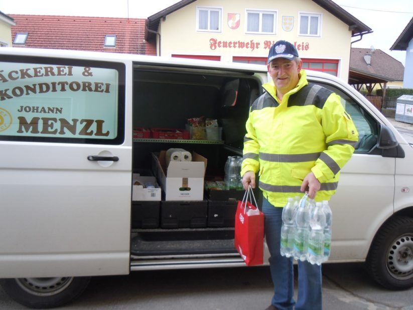 Johann Menzl versorgt Gemeindebürger während der Coronakrise mit seinem fahrenden Supermarkt.