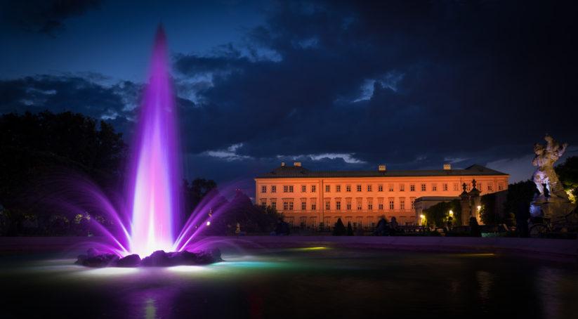 Atmosphärische Beleuchtung des Mirabellbrunnen in Salzburg